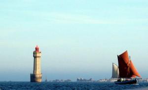 Notre-Dame de Rumengol devant le phare de la Jument
