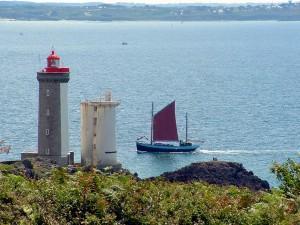 Notre-Dame de Rumengol devant le phare du Petit Minou - Photo Jean-Yves Goujard