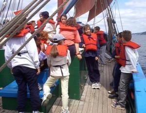 Les enfants à bord de Notre-Dame de RumengolLes enfants à la proue de Notre-Dame de Rumengol - Photo Jean-Yves Goujard