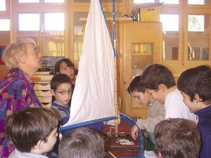 Découverte du patrimoine maritime à l'écoleLes enfants à la proue de Notre-Dame de Rumengol - Photo Jean-Yves Goujard
